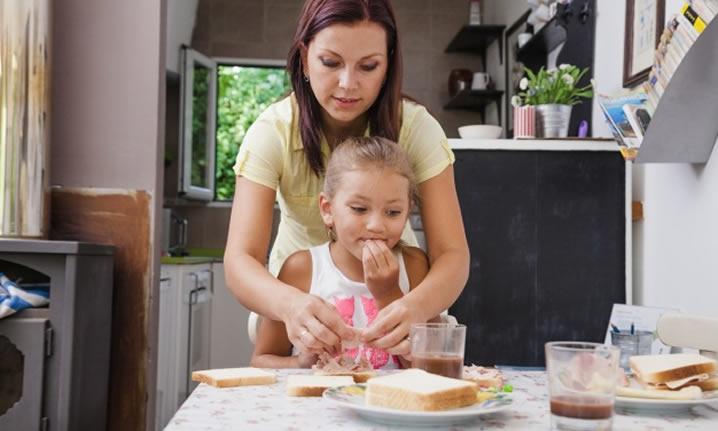 Passos para alimentação saudável para crianças na fase pré-escolar e escolar